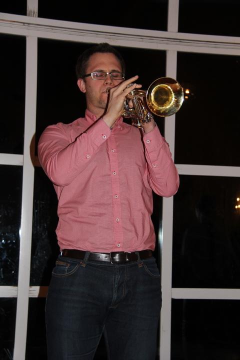 Hyggelig vårkonsert i menighetshuset: Kristoffer ville også være med på moroa og tok trompetspillet til et høyere (tone)nivå