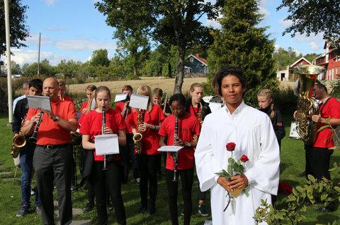 Vi gratulerer Stefan og Victoria: Her ser vi Stefan i hvitt mens Victora var konfimant dagen etter. Hun spiller her klarinett som nr 2 fra venstre i første rad.