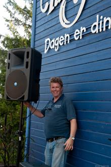 Meget vellykket første dag på TusenFryd: Tore finjusterer høytalerne på scenen.