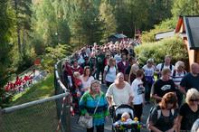 Meget vellykket første dag på TusenFryd: Ivrige foreldre på vei inn i parken.