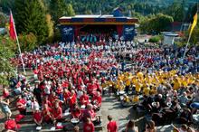 Meget vellykket første dag på TusenFryd: 1000 stevnedeltagere i gang med et fellesnummer.
