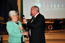 Vi minnes Karin Solberg: Karin Solberg var hedersgjest på korpsets 50-årsfest. Hun var med å starte korpset i 1959 og blir her intervjuet av Hugo Olsen.