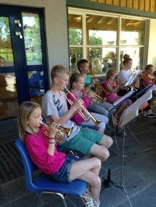 Sommeravslutning i skolegården: 4 flinke juniorer spilte trompet sammen med HK.