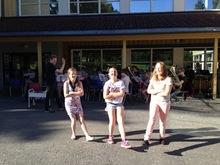 Sommeravslutning i skolegården: Vår nye dansegruppe hadde premiere på sommeravslutningen.