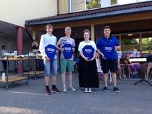 Sommeravslutning i skolegården: Skjold ble utdelt til Sindre, Jonas, Helene og Håkon.