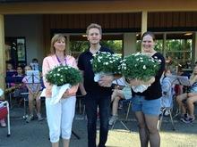 Sommeravslutning i skolegården: Wenche, Andreas og Helene fikk velfortjente blomster.